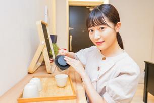 お茶を入れる若い女性の写真素材 [FYI04715479]