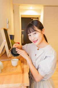 お茶を入れる若い女性の写真素材 [FYI04715482]