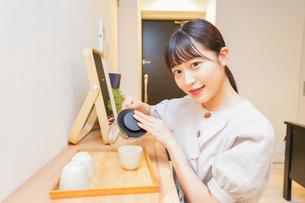 お茶を入れる若い女性の写真素材 [FYI04715483]