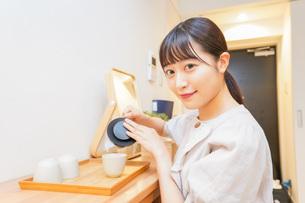 お茶を入れる若い女性の写真素材 [FYI04715485]