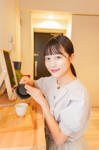 お茶を入れる若い女性の写真素材 [FYI04715487]