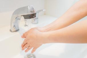 手を洗う若い女性の写真素材 [FYI04715495]