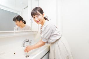 手を洗う若い女性の写真素材 [FYI04715499]