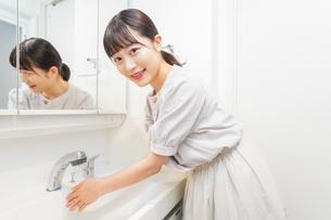 手を洗う若い女性の写真素材 [FYI04715500]