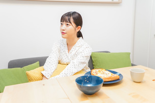 朝食を食べる若い女性の写真素材 [FYI04715555]