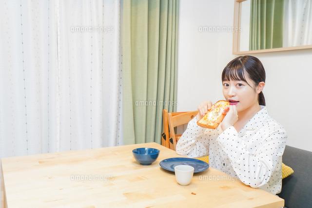 朝食を食べる若い女性の写真素材 [FYI04715556]