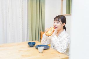 朝食を食べる若い女性の写真素材 [FYI04715558]