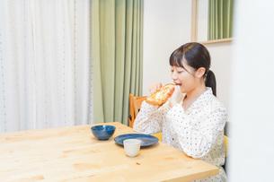 朝食を食べる若い女性の写真素材 [FYI04715561]