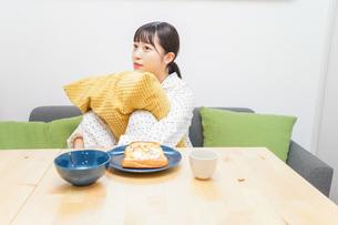 朝食を食べる若い女性の写真素材 [FYI04715564]