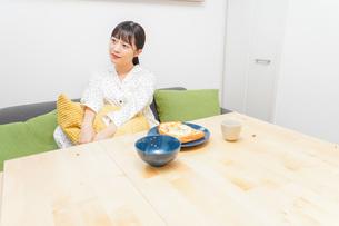 朝食を食べる若い女性の写真素材 [FYI04715565]