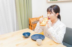 朝食を食べる若い女性の写真素材 [FYI04715567]