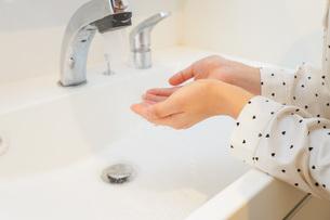 顔を洗う若い女性の写真素材 [FYI04715578]