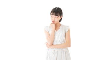 悩む若い女性の写真素材 [FYI04715593]