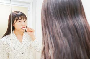 寝る前に歯磨きをする若い女性の写真素材 [FYI04715600]