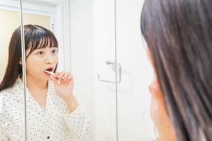 寝る前に歯磨きをする若い女性の写真素材 [FYI04715604]