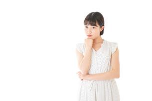 悩む若い女性の写真素材 [FYI04715606]