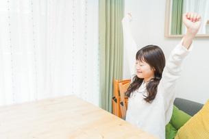 朝食を食べる若い女性の写真素材 [FYI04715624]