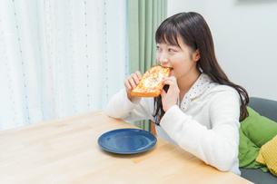 朝食を食べる若い女性の写真素材 [FYI04715625]