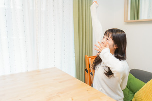 朝食を食べる若い女性の写真素材 [FYI04715630]