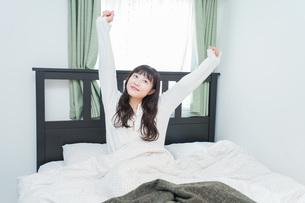 朝目覚める若い女性の写真素材 [FYI04715642]
