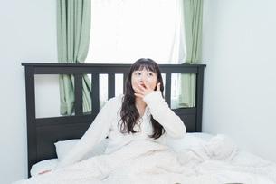 朝目覚める若い女性の写真素材 [FYI04715644]