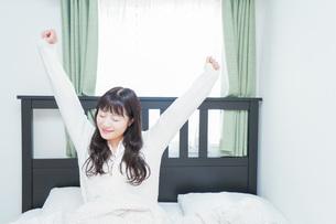 朝目覚める若い女性の写真素材 [FYI04715645]