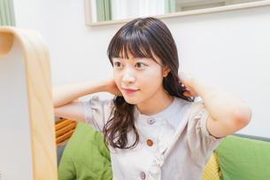 髪のセットをする若い女性の写真素材 [FYI04715656]