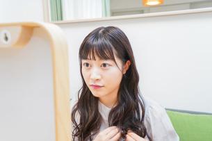 髪のセットをする若い女性の写真素材 [FYI04715657]