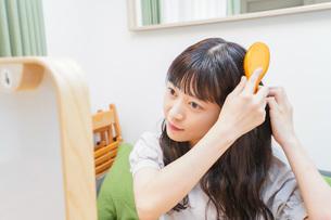 髪のセットをする若い女性の写真素材 [FYI04715662]