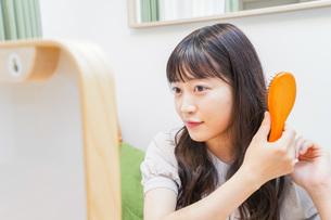 髪のセットをする若い女性の写真素材 [FYI04715665]
