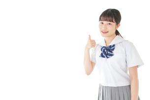 グッドサインをする笑顔の女子学生の写真素材 [FYI04715754]