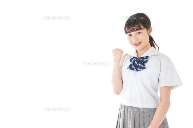 ガッツポーズをする笑顔の女子学生の写真素材 [FYI04715755]
