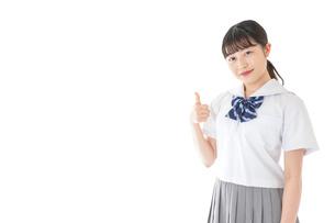 グッドサインをする笑顔の女子学生の写真素材 [FYI04715760]