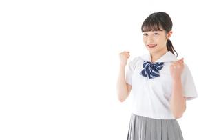 ガッツポーズをする笑顔の女子学生の写真素材 [FYI04715761]