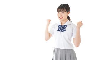 ガッツポーズをする笑顔の女子学生の写真素材 [FYI04715762]