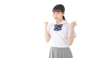 ガッツポーズをする笑顔の女子学生の写真素材 [FYI04715763]