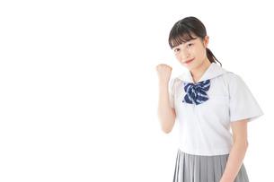ガッツポーズをする笑顔の女子学生の写真素材 [FYI04715766]