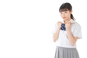 ガッツポーズをする笑顔の女子学生の写真素材 [FYI04715773]