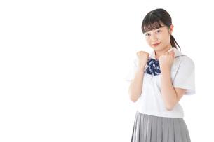 ガッツポーズをする笑顔の女子学生の写真素材 [FYI04715774]