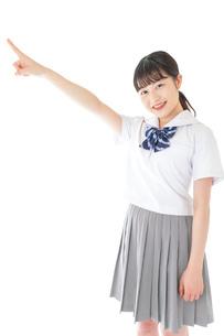 上を指差す制服を着た女子学生の写真素材 [FYI04715782]