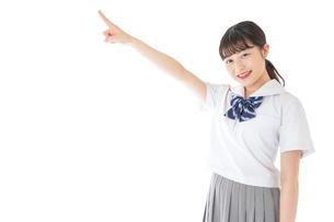 上を指差す制服を着た女子学生の写真素材 [FYI04715786]