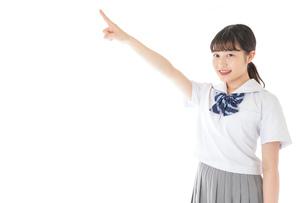 上を指差す制服を着た女子学生の写真素材 [FYI04715787]