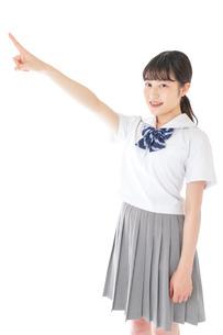 上を指差す制服を着た女子学生の写真素材 [FYI04715791]