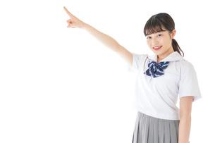 上を指差す制服を着た女子学生の写真素材 [FYI04715792]