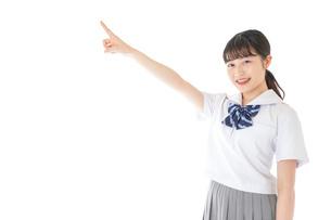 上を指差す制服を着た女子学生の写真素材 [FYI04715797]