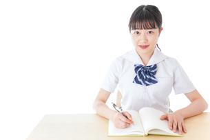 授業を受ける若い女子学生の写真素材 [FYI04715827]