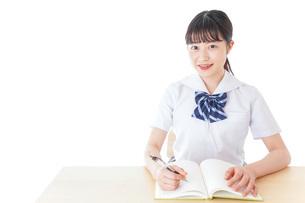 授業を受ける若い女子学生の写真素材 [FYI04715837]