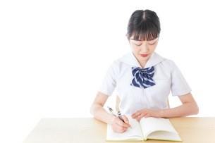 授業を受ける若い女子学生の写真素材 [FYI04715841]