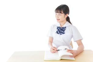 授業を受ける若い女子学生の写真素材 [FYI04715864]