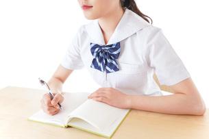授業を受ける若い女子学生の写真素材 [FYI04715866]